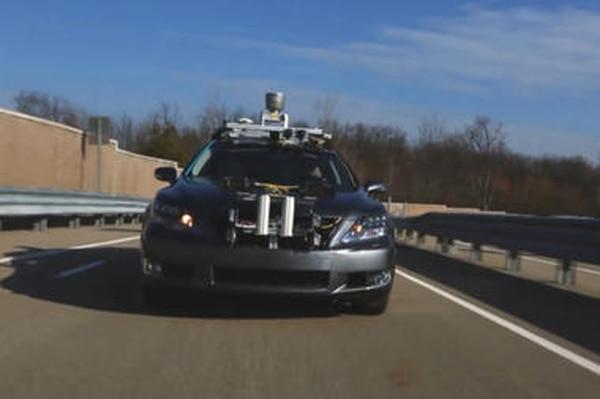 Totoya presentó un Sedan Lexus equipado con sensores y cámaras en el CES 2013.