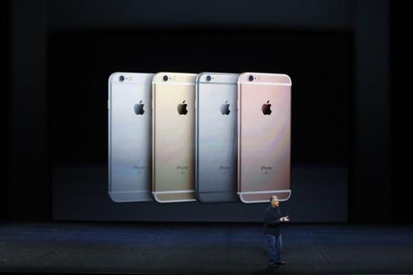Phil Schiller, vicepresidente senior de mercadeo mundial, presenta el nuevo modelo iPhone 6S y 6S Plus.