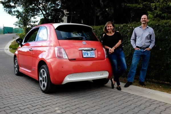 En esta foto, el costarricense Erick Orlich, presidente de la Asociación Costarricense de Movilidad Eléctrica (Asomove), posa junto a su esposa Gioconda Rojas y su automóvil eléctrico durante una entrevista en San José. Fotografía: AFP.