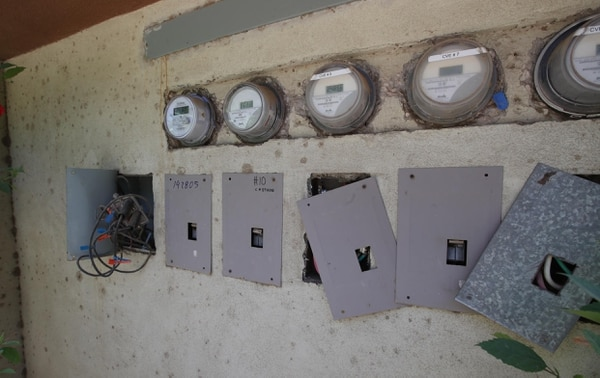 09/02/2018. Matapalo. Desarrollo de Discovery Costa Rica tiene un futuro incierto ante la falta de permisos en la municipalidad y otros entes gubernamentales. Estas cajas eléctricas y medidores corresponden a uno de los edificios principales del desarrollo Cabo Velas. Fotografia: Graciela Solis