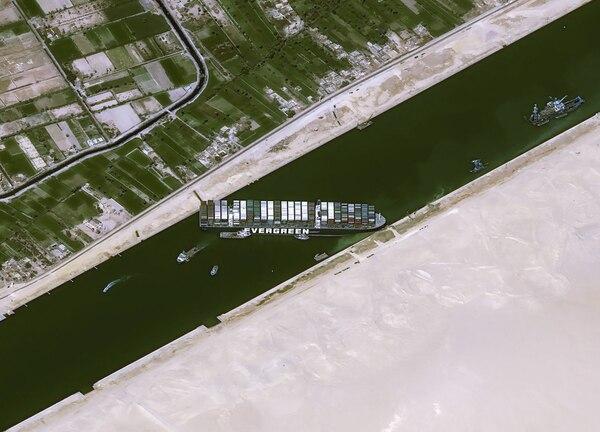 El portacontenedores de 400 metros de eslora se encuentra atascado de un lado al otro del canal, lo que impide el paso de otras embarcaciones. (Fotografía: AFP)