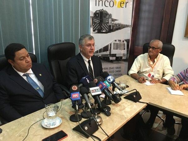 Guillermo Santana (centro), dejará este lunes la presidencia ejecutiva del Instituto Costarricense de Ferrocarriles (Incofer).
