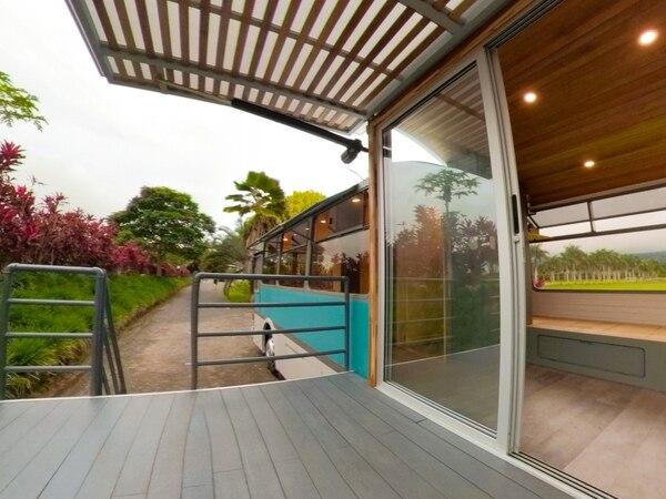 La casa tiene una terraza de ocho metros cuadrados que se pliega para facilitar el transporte. Fotografía: Cortesía de MicroMacro.