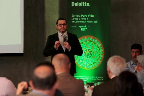 Minor Arias, funcionario del Ministerio de Hacienda, dijo que la implementación de la factura electrónica es un proceso que sigue el mandato de la normativa aprobada en el 2016. (Foto Alonso Tenorio)