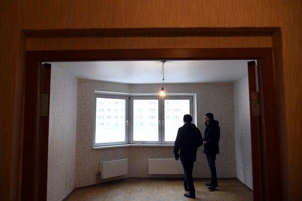 Un cliente ve un apartamento con un precio de $ 160,000 en un complejo de Moscú cuyo desarrollador quebró. El mercado inmobiliario de Moscú está plagado de