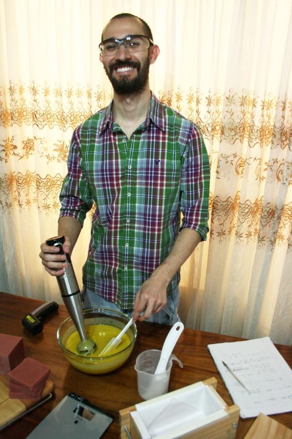 Martín Pacheco es quien elabora los jabones. En la foto está trabajando el jabón