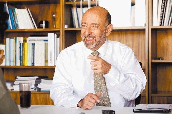 """""""A las medidas coyunturales de corto plazo con que hemos paliado el déficit fiscal se les acabó el espacio"""", afirma Édgar Ayales, ministro de Hacienda."""