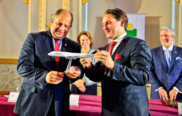 Grupo Lufthansa anunció que incluirá la conexión Frankfurt - San José en conferencia de prensa en el Teatro Nacional de San José, junto con representantes del Gobierno, donde estuvo el Presidente de la República, Luis Guillermo Solís.