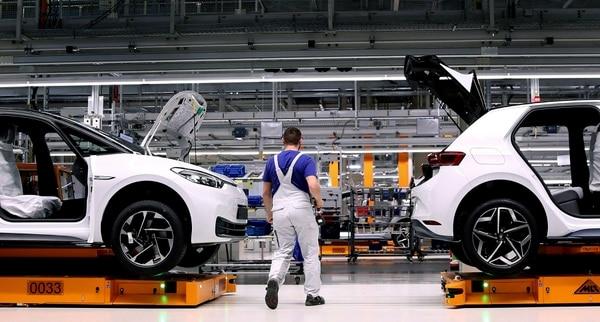La eliminación de algunos puestos de trabajo forman parte de una 'rigurosa' gestión de reducción de costos. En la imagen un colaborador realiza ajustes a el modelo Volkswagen ID.3. Foro con fines ilustrativos. Foto: AFP