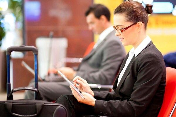 Infórmese sobre las condiciones del servicio de Internet inalámbrico en el aeropuerto donde hará conexión y, de ser posible, adquiera un plan o las herramientas que le permitan aprovecharlo.