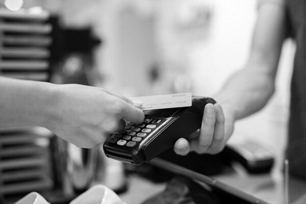 El Banco Central definió la tasa máxima para créditos en colones en 37,69%, este es el porcentaje que aplica también para las tarjetas. Fotografía: Shuttersctock.