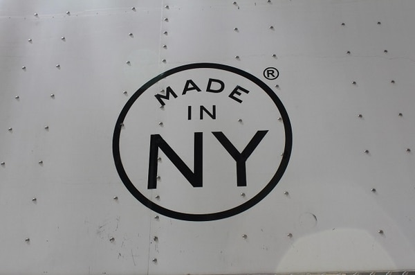 Fotografía del logotipo de la campaña impreso en la pared de metal de las instalaciones de un rodaje cinematográfico en Nueva York
