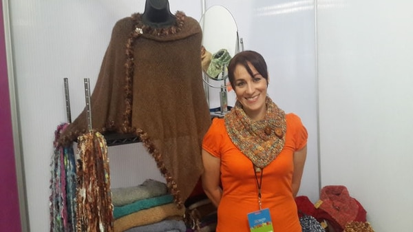 Karla Solano es una de las impulsoras de la cooperativa y su vicepresidenta. Ella tiene un negocio de tejidos (bufandas, ponchos, cuellos de bufanda) llamado Cambiáre.