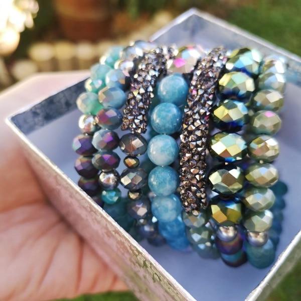 Entre las creaciones se encuentran brazaletes y pulseras. (Foto cortesía Seven By Lay Acón)