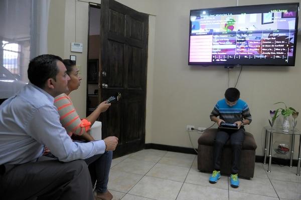La familia Muñoz Abarca, del residencial Torres del Este, Sabanilla, habían contratado al ICE el plan Triple Play con fibra óptica, para acceso a servicios de de telefonía fija, Internet y televisión. En la imagen Alberto Muñoz, Maricel Abarca y su hijo Sebastián Muñoz. (Foto Jose Díaz / archivo).