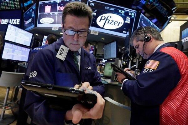 James Matthews y John Panin trabajan en la Bolsa de Valores de Nueva York. La fusión de los gigantes farmacéuticos Pfizer y Allergan naufragó este miércoles.