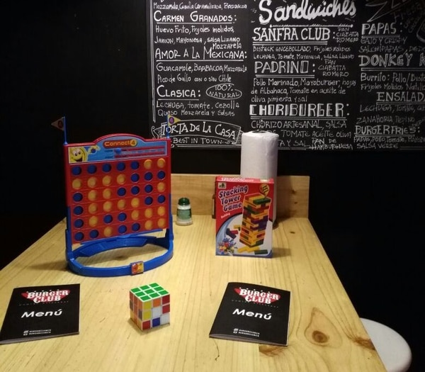 Por medio de los juegos, se busca que las personas interactúen entre ellas, mientras esperan por su comida. Foto: Burger Club para EF.