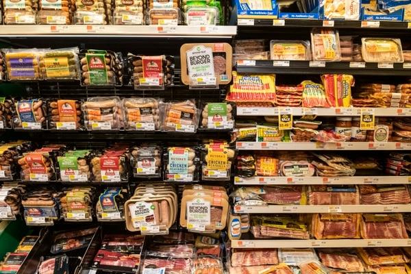 Los productos a base de plantas se pueden encontrar ya en góndolas de muchos supermercados al lado de sus contrapartes cárnicas. (Fotografía: The New York Times)