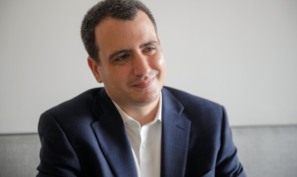Danny Sánchez, fundador de la compañía Kolau, establecida en Silicon Valley, estuvo en una entrevista con EF en la redacción de Grupo Nación, en Tibás. El emprendedor ofreció consejos para quienes desean consolidar un negocio. Foto Jeffrey Zamora.