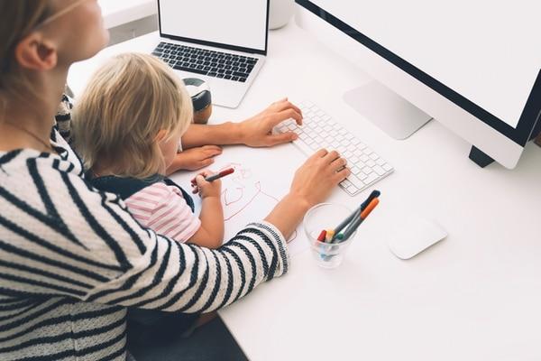 El proyecto 2020 para normar las jornadas flexibles tiene áreas grises en temas de extraordinariedad, cuido y participación de las personas trabajadoras en la logística diaria de sus familias. Foto: Shutterstock