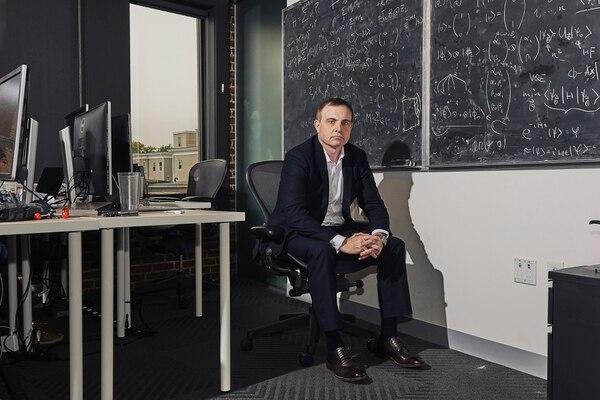 Christopher Savoie, fundador y director ejecutivo de Zapata, ha ofrecido trabajos a tres científicos extranjeros que se especializan en computación cuántica. Aún está esperando que sus visas sean aprobadas. Según algunas estimaciones, solo unos 1.000 investigadores pueden afirmar que comprenden la tecnología. Encontrar más podría convertirse en un problema de seguridad nacional.