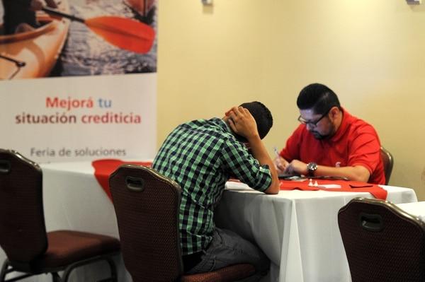 Según datos del Ministerio de Economía, Industria y Comercio (MEIC), a enero de este año el saldo de deuda promedio por tarjeta en circulación es de ¢494.360. Fotos Melissa Fernández