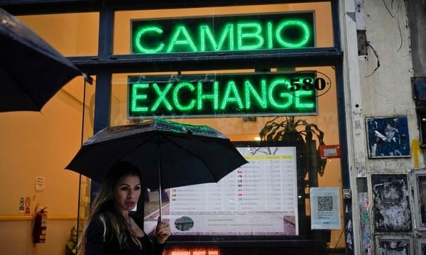 Argentina sigue con problemas para contener la inflación, una de las más altas del mundo, la depreciación monetaria, y en consecuencia la pobreza. (AP Photo/Victor R. Caivano, File)