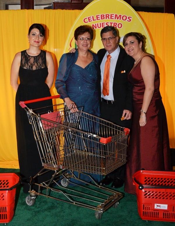 El año pasado, el negocio de Zúñiga cumplió 25 años. Le acompañan su esposa Isabel Mora y sus hijas.