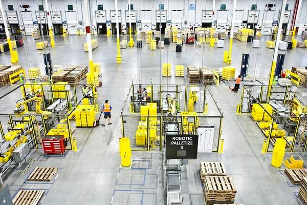 Empleados trabajan al lado de los robots con el fin de agilizar el tiempo de entregas. Foto: Bryan Anselm/The New York Times.