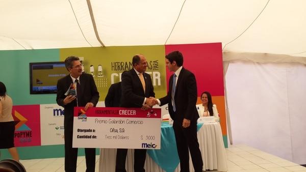 La empresa Cifsa S.A. obtuvo el Galardón Pyme en el área de comercio. El presidente Luis Guillermo Solís, junto con el ministro de Economía, Welmer Ramos, le entregó el premio al gerente general Andrés Flores.
