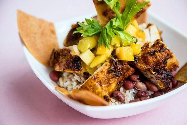 Este es un plato similar a un chifrijo, el cual trae pollo, frijoles orgánicos, arroz integral, tortillas de garbanzo tostadas, entre otros ingredientes. (Foto: Good Food para EF).