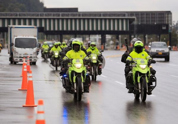 Policías antidisturbios patrullan las afueras de Bogotá, el 4 de mayo de 2021. La oficina de derechos de la ONU condenó este martes el