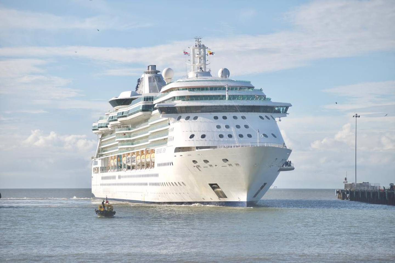 El crucero 'Serenade of the Seas' tiene capacidad para 2.501 pasajeros, pero está operando al 30% de su aforo en vista de los protocolos de seguridad. Su llegada a Puntarenas reinicia esta actividad en ese muelle. Foto: Cortesía ICT