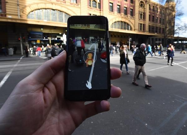Una persona es vista jugando el nuevo 'Pokemon Go' en su celular en Melbourne (Australia) .
