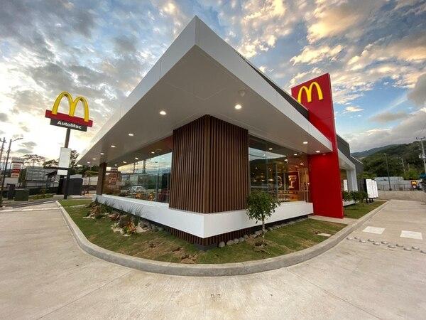 McDonald's inauguró en diciembre del 2019 un restaurante en Santa Ana que comprende 400 metros cuadrados y capacidad para 154 personas. Fotografía: McDonald's para EF.