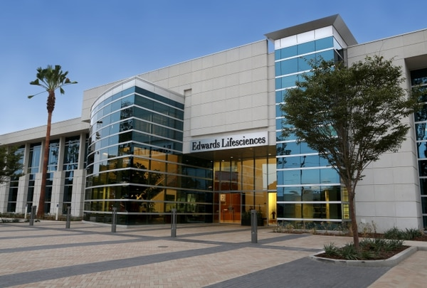 Edwards Lifesciences tiene su sede en Irvine, California, y se dedica a producción de innovaciones para enfermedades cardiacas estructurales y monitoreo de cuidado crítico.