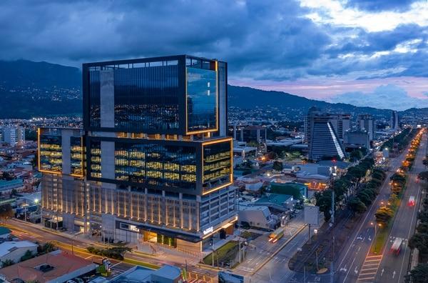 La Torre Universal implicó la inversión de $50 millones y cuenta con 24 pisos para arrendamiento de locales. En ella ya se instalaron la multinacional Microsoft y en Banco Promérica. (Fotografía: Cortesía Portafolio Inmobiliario).