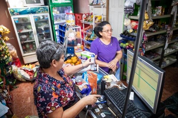 Las pulperías, abastecedores y mini supermercados han venido adoptando tecnologías de punto de venta. (Foto Alejandro Gamboa / Archivo GN)