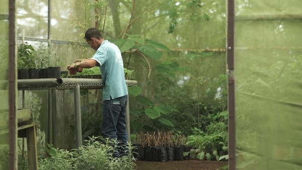 Maudiel Santana trabaja para Scosa, concretamente en las instalaciones del INA de Upala, donde realiza labores de mantenimiento de jardines.