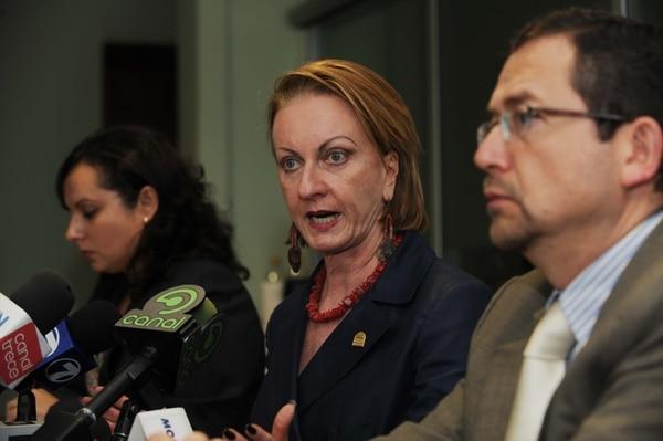 Ofelia Taitelbaum (centro), aspira a ser reelegida en el cargo de Defensora de los Habitantes. La exdiputada competirá contra otros nueve postulantes.