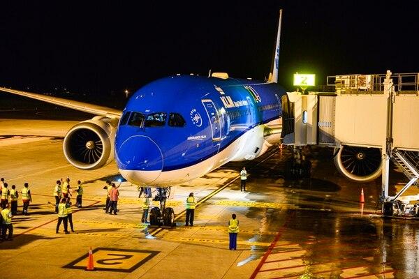 Pocos minutos antes de las 8:00 p.m. aterrizó, este martes 29 de octubre, por primera vez en Guanacaste la línea aérea holandesa KLM. Fotografía: Jesús Fung.