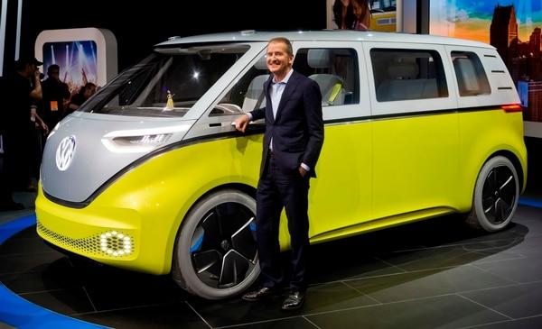 Herbert Diess posa con el I.D. Buzz, una van eléctrica presentada en enero pasado en la feria internacional de austos realizada en Detroit. (AP/Tony Ding, archivo)