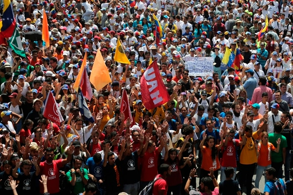 """Por su parte, el oficialismo convocó el sábado a una """" marcha antiimperialista """" en una de las principales avenidas del centro de la capital en rechazo a las presiones que ha ejercido Estados Unidos, en alianza con la oposición local, contra Maduro, las que incluyen nuevas sanciones económicas para cercar financieramente al gobierno, muy golpeado por la crisis económica, y la suspensión de visas a funcionarios venezolanos. Foto: AP"""