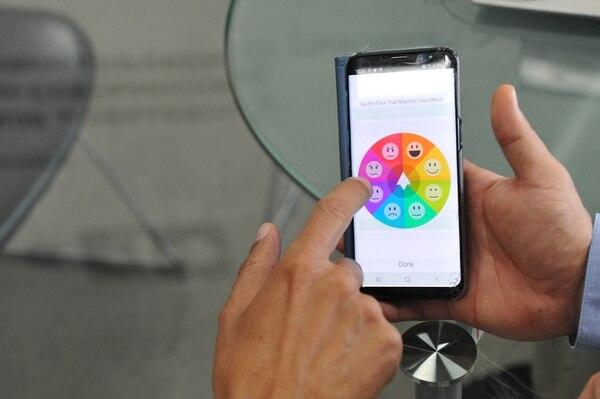 Cada mañana una persona puede medir cuál es su situación con la aplicación en el móvil. (Foto Marvin Caravaca)