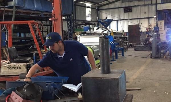 El emprendedor José Alfredo Arce realiza sus pruebas del proyecto de mejoras en el secado y fermentación del café en el beneficio Maquinaria Industrial Hermanos Arce, uno de los socios de esta iniciativa.