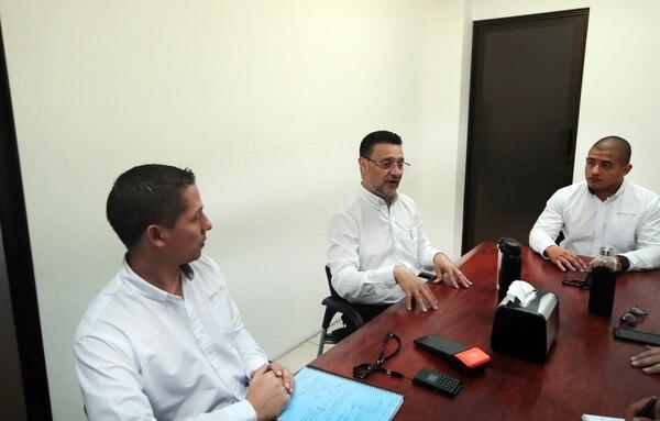 Johnny Alcazar, Ricardo Arce y Diego Arce, todos de la firma Bmaxim, en una presentación del sistema Bmax en enero anterior. (Foto Alonso Tenorio / Archivo)