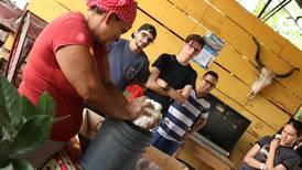 Las comunidades emprenden, como el consorcio de turismo La Bajura Guanacasteca en Nicoya