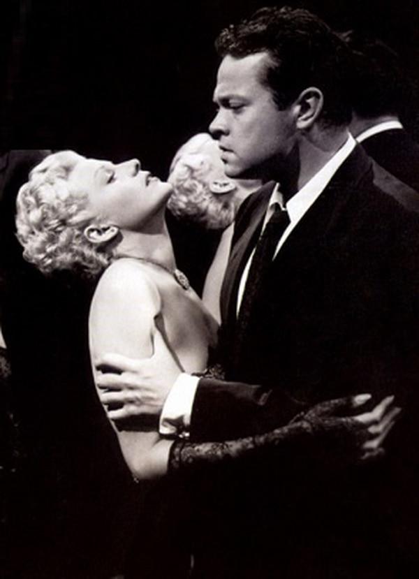 El cineasta Orson Welles y Rita Hayworth en una escena de La dama de Shanghái, filme de 84 minutos de duración.