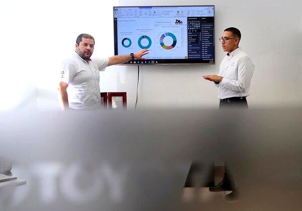 Luis Gutiérrez Esquivel, jefe de inteligencia y negocios, y José Fabio Cortés (a la derecha), gerente digital de Purdy Motors, muestran cómo los sistemas permiten visualizar gráficamente los datos en múltiples categorías. (Foto: Rafael Pacheco).