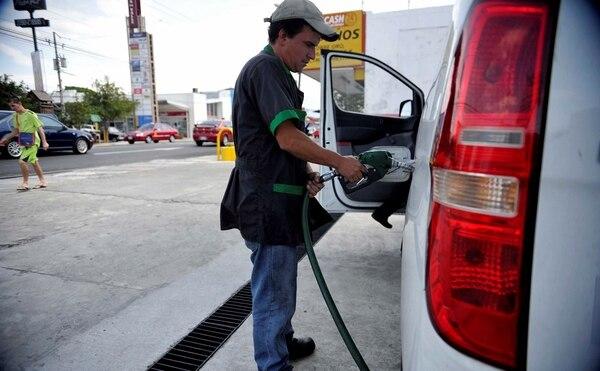 Los precios de la gasolina bajaron 4,85% en enero, y fueron los que más impactaron a la baja los precios del consumidor. Foto archivo.